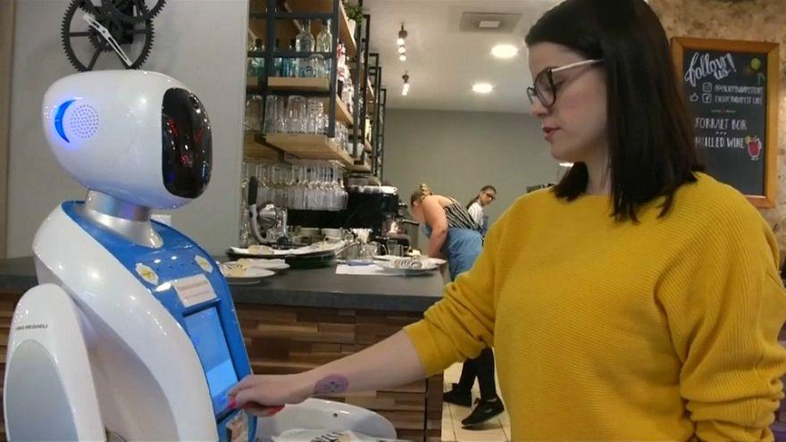 مجارستان؛ رباتها از مشتریان یک کافه پذیرایی میکنند