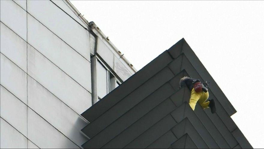 فیلیپین؛ «مرد عنکبوتی» از برج ۴۷ طبقه بالا رفت