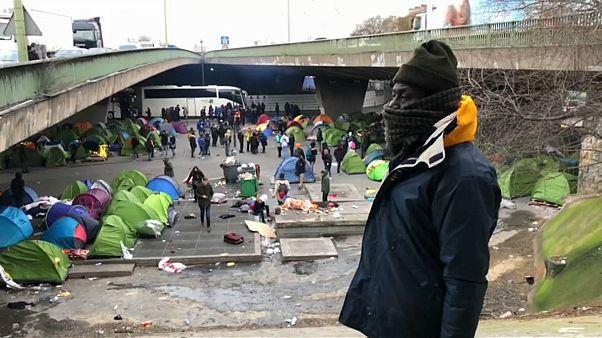 В Париже мигрантов выгнали из-под моста