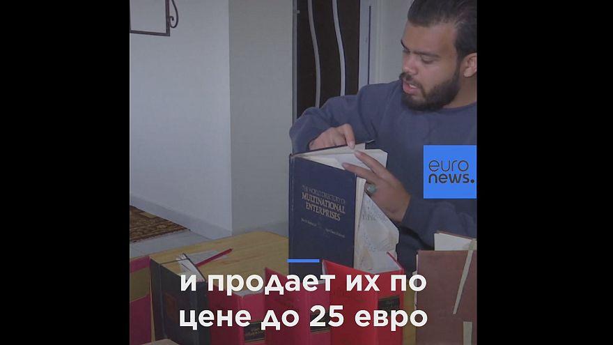 Палестинец складывает из книг сложные оригами