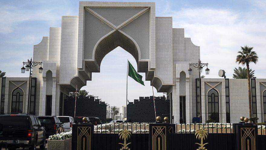 السعودية: إيقاف 126 موظفا في الحكم المحلي عن العمل لاتهامهم بالفساد