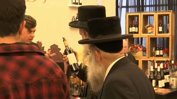 شاهد: إسرائيل تستثمر في صناعة الخمور غير الدينية وتروج لها في معرض سوميلير