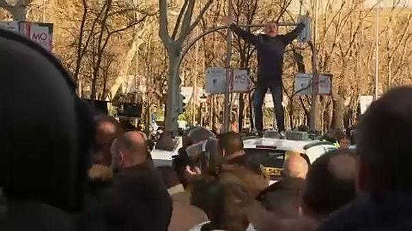 Kitartanak a sztrájkoló spanyol taxisok
