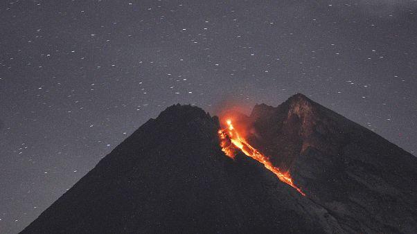 بركان جبل ميرابي الاندونيسي يطلق نهرا من الحمم على سفحه