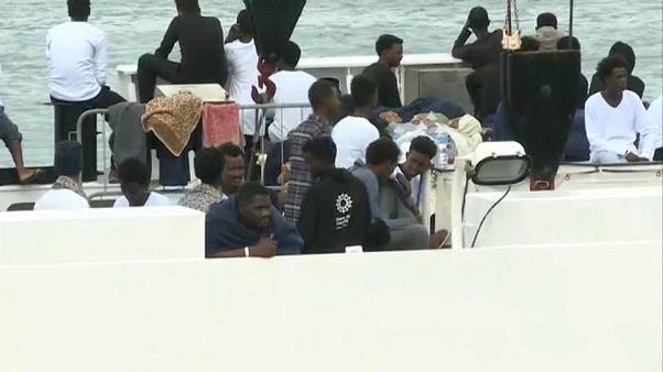 مهاجرون عالقون في البحر سينزلون إلى شواطئ إيطاليا في الساعات المقبلة