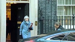 May se reúne con Corbyn, quién le pide soluciones alternativas