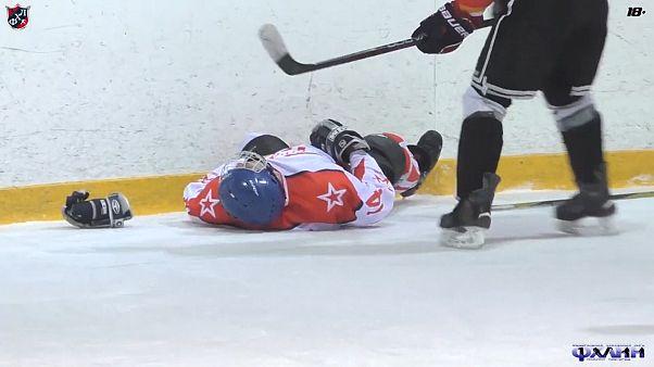Video: Bilincini kaybeden buz hokeyi oyuncusunun hayatını teknik direktörün ilk yardımı kurtardı
