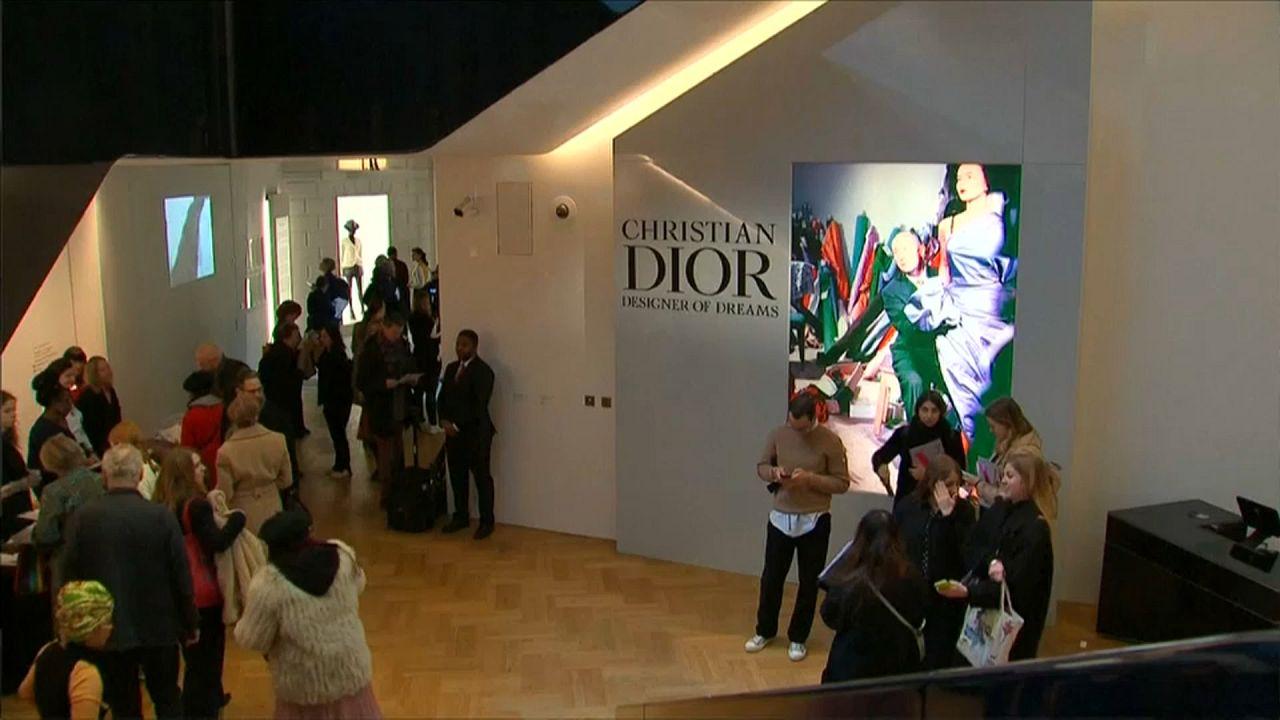 Ikonikus ruhákat mutat be a londoni Dior-kiállítás