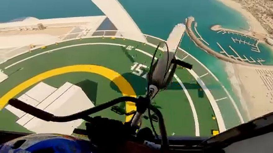 Impressionnant : il saute d'un hélicoptère en BMX
