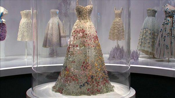 "L'expo ""Christian Dior, couturier du rêve"" traverse la Manche"