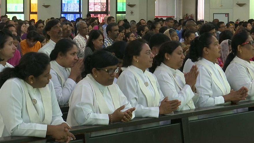 مصلون في كنيسة القديسة مريم في دبي