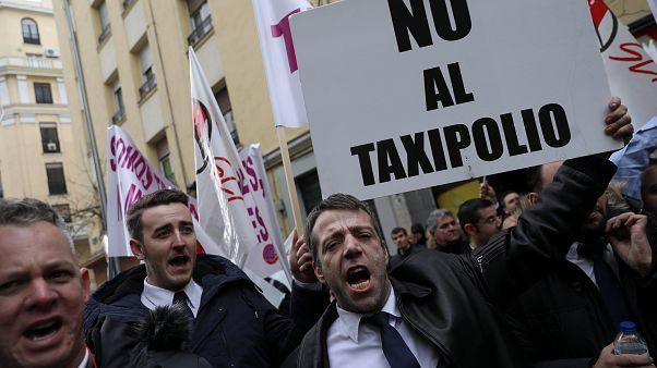 Uber y Cabify anuncia que suspende su servicio en Barcelona
