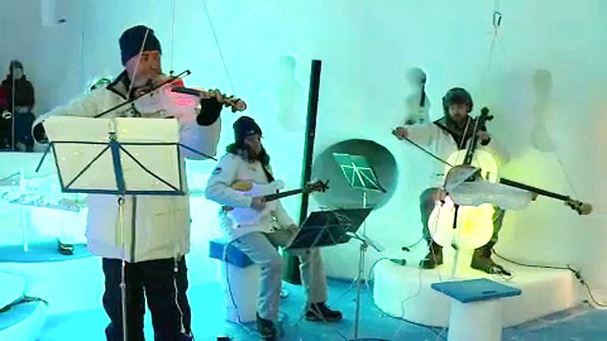 Jéghangszereken adnak koncertet a gleccseren
