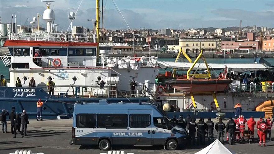 شاهد: وصول47 مهاجرا  كانوا عالقين في البحر إلى جزيرة صقلية