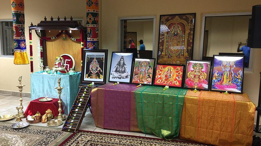 صورة من داخل معبد هندوسي في كاليفورنيا