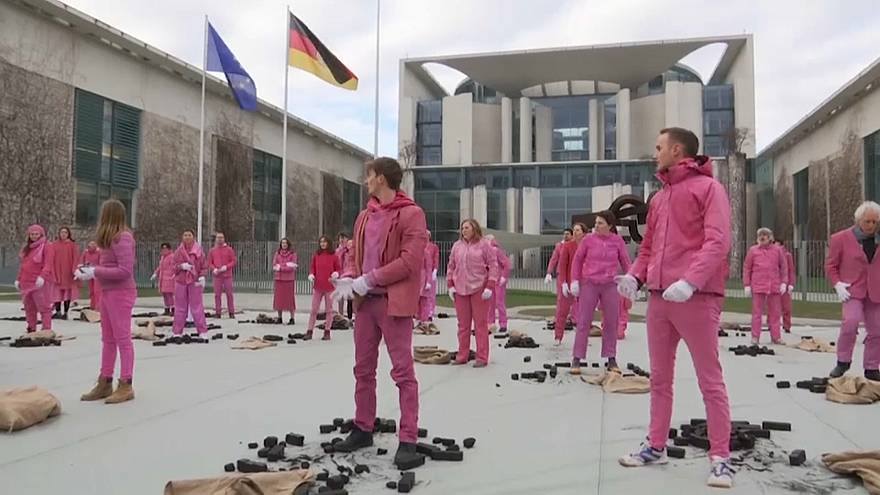 Greenpeace hold anti coal protest in front of chancellery