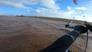 Um salto impressionante em kitesurf