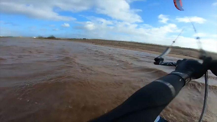 Британия: кайтсерфер перелетел через песчаную косу
