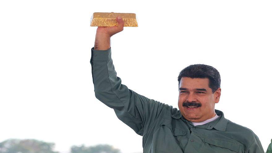 الرئيس الرئيس الفنزويلي نيكولاس مادورو يحمل سبيكة ذهب
