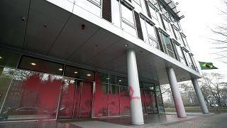 الطلاء الأحمر يغطي نوافذ السفارة البرازيلية في العاصمة الألمانية