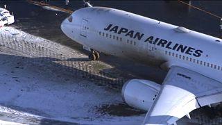 شاهد: الجليد يتسبب في انزلاق طائرة يابانية أثناء هبوطها على المدرج