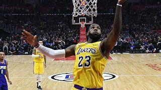 LeBron James regressa e dá vitória aos Lakers