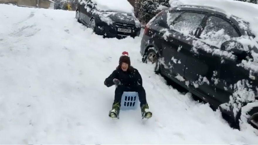 شاهد: شتاء بريطانيا يسعد البعض بالتزلج والسباحة في الثلوج
