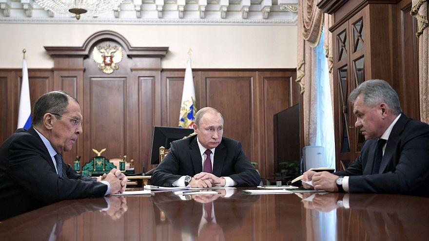 الرئيس الروسي فلاديمير بوتين مع وزيري الخارجية والدفاع