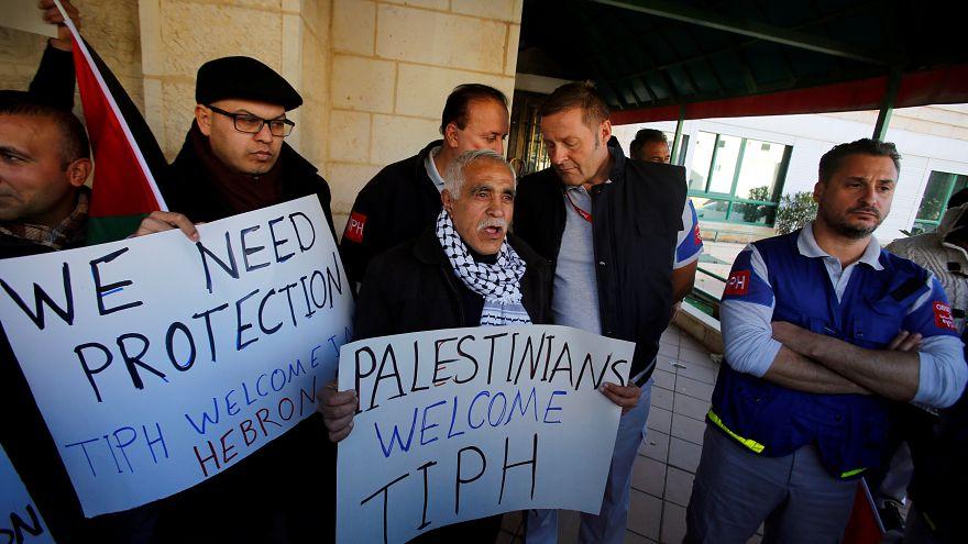 جانب من اعتصام لفلسطينيين ضد قرار نتنياهو طرد قوة المراقبة الدولية المؤقتة