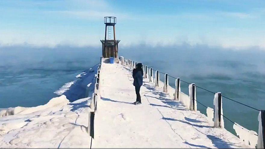 Cais do lago Michigan durante a onda polar que atingiu Chigago