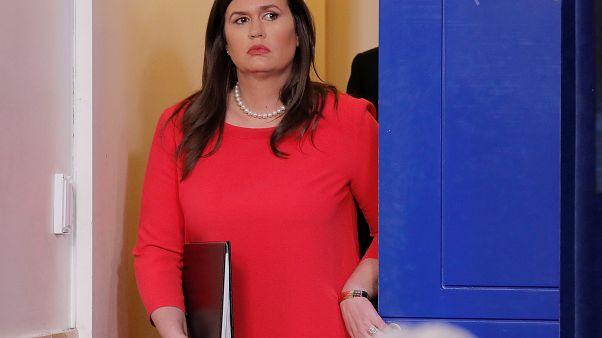 سارة ساندرز قبيل مؤتمر صحافي في البيت الأبيض