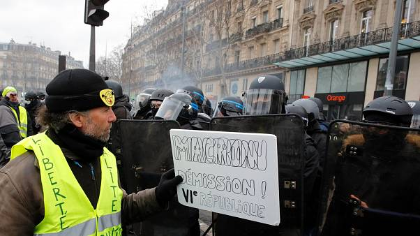"""Los """"chalecos amarillos"""" franceses marchan contra la violencia policial"""