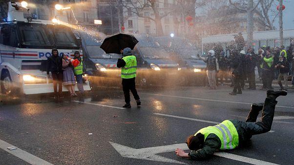 """Autoridades reprimiram """"coletes amarelos"""" com água e balas de borracha"""
