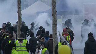 Párizs: Összecsaptak a rendőrök és a sárgamellényesek