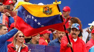 نيكولاس مادورو ملوحاً بعلم فنزويلا خلال مشاركته بذكرى الثورة البوليفارية