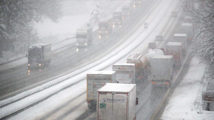 الثلوج أدت إلى إغلاق الكثير من الطرقات في عدة دول أوروبية