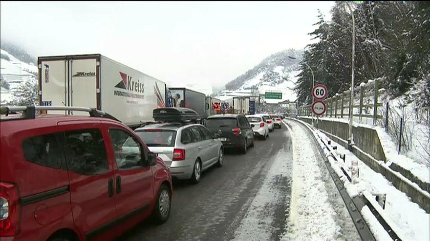 La nieve provoca un atasco monumental en el norte de Italia