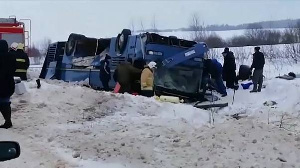 انقلاب حافلة بسبب الثلوج في روسيا