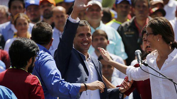 خوان غوايدو خلال مظاهرة مطالبة بتنحي مادورو أمس السبت