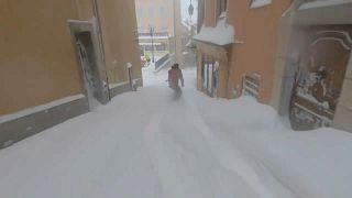 Fransa: Kar altındaki Briançon şehrinin dar sokaklarında snowboard keyfi