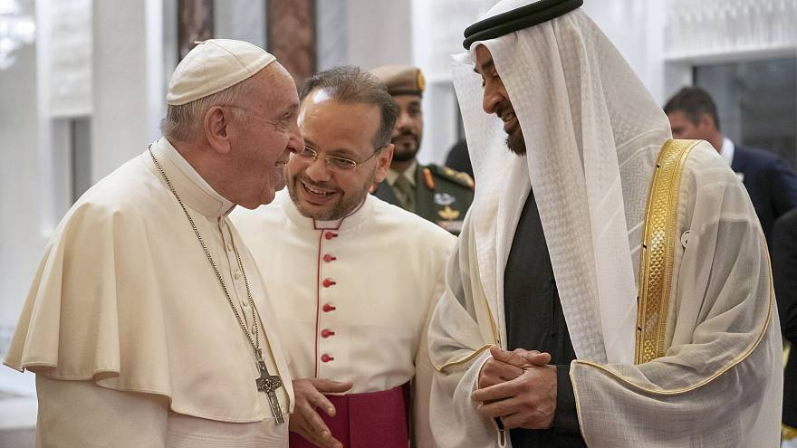 ولي عهد أبو ظبي الشيخ محمد بن زايد استقبل البابا فور هبوط الطائرة