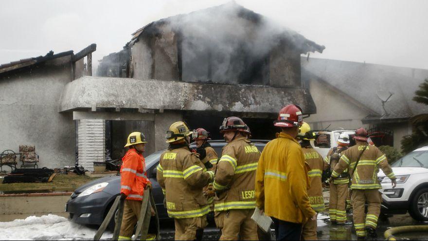 سقوط هواپیما بر روی واحد مسکونی در کالیفرنیا؛ پنج نفر کشته شدند