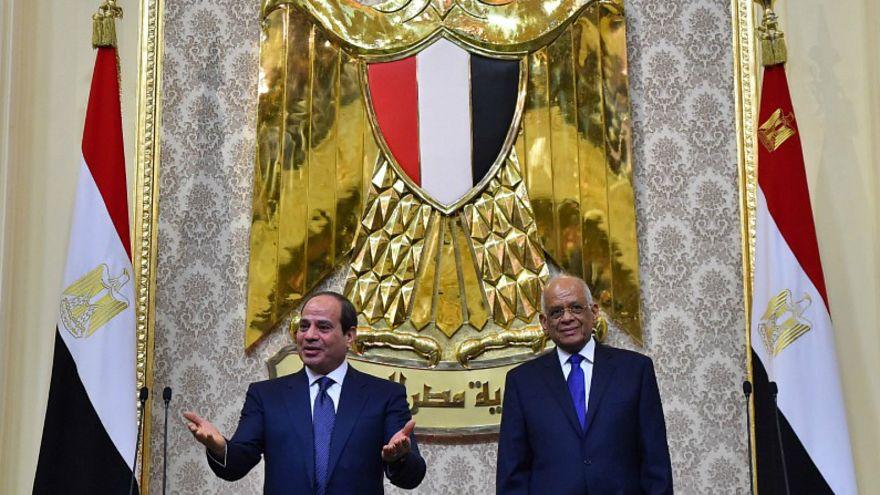 الرئيس المصري عبد الفتاح السيسي (يسارا) بجانب رئيس البرلمان علي عبد العال
