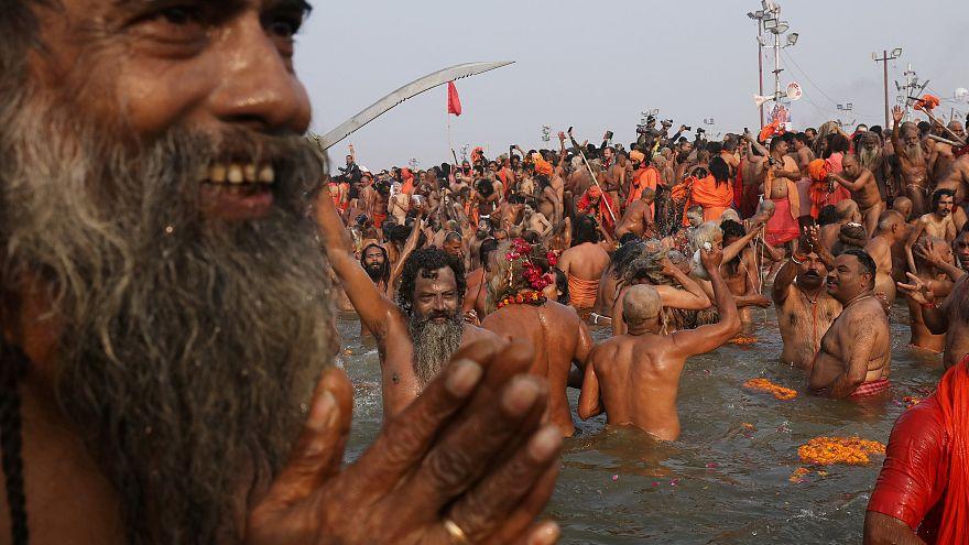 Milyonlarca Hindu günahlarından arınmak için Kumbh Mela Festivali'nde