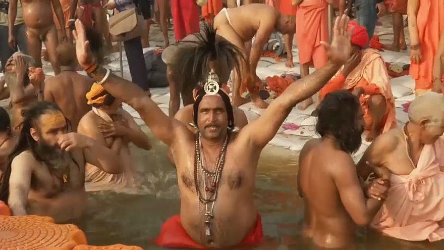 شاهد..ملايين الحجاج الهندوس يغطسون في ملتقى نهري الغانج ويامونا