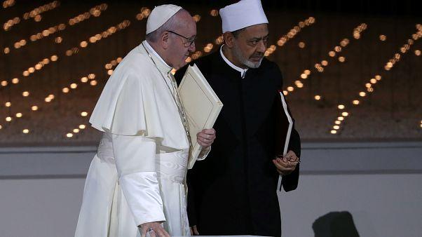 El Papa, recibido con honores en su histórica visita al Golfo Pérsico