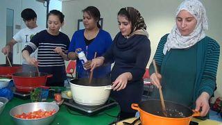 شاهد.. لاجئون يعلمون أهالي لندن فن الطبخ