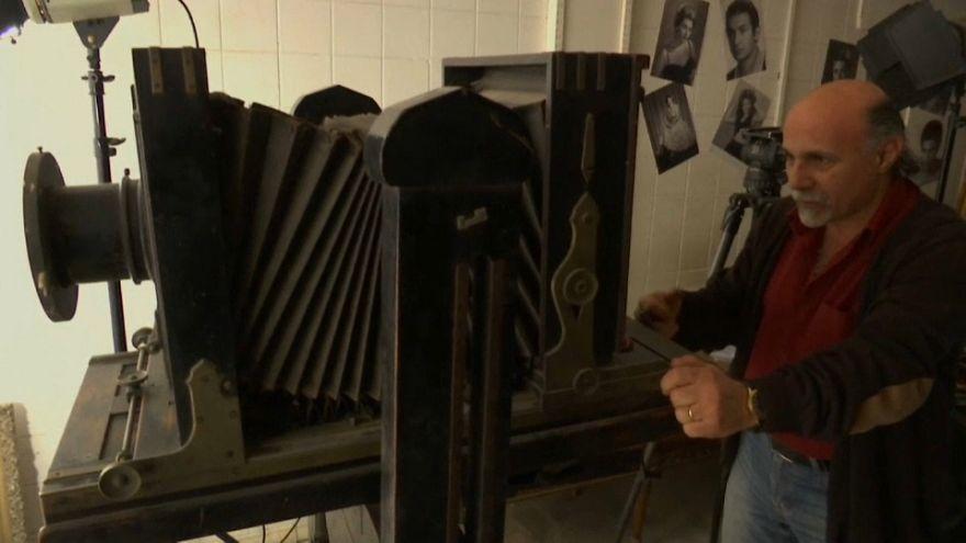 شاهد: آلة تصوير بالأبيض الأسود عمرها 120 سنة ما زالت تجلب الزبائن في مصر