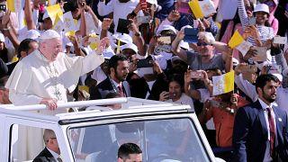البابا فرنسيس في ملعب مدينة زايد الرياضية في أبو ظبي يحيي الجماهير