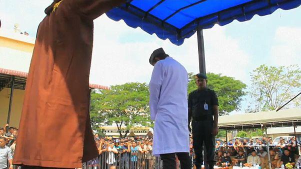 Endonezya'da açık alanda kucaklaşan iki kişiye kırbaç cezası